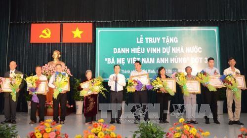 """胡志明市向230位母亲追授""""越南英雄母亲""""称号 hinh anh 1"""