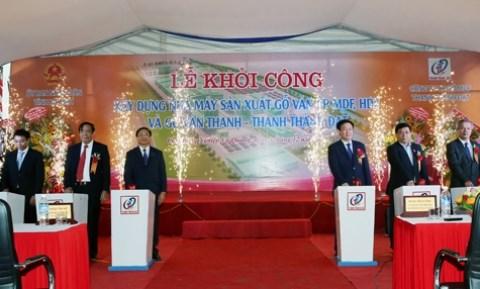 越南政府副总理王廷惠发出胶合板生产厂开工令 hinh anh 1