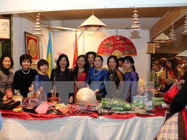 越南参加2016年第24届慈善义卖活动 hinh anh 1