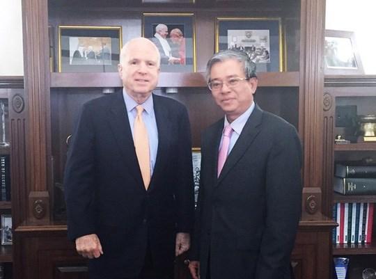 越南驻美国大使范光荣会见美国参议院军事委员会主席约翰·麦凯恩 hinh anh 1