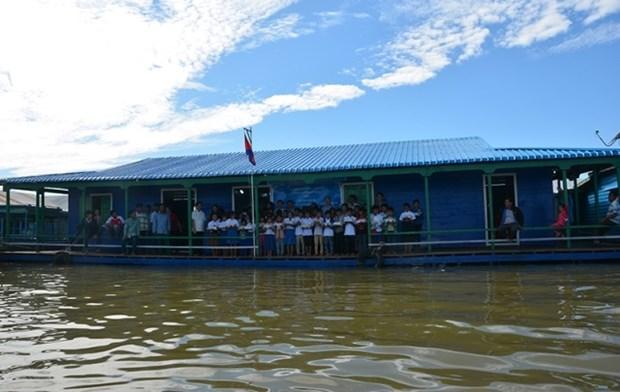 为旅柬越侨建设的洞里萨湖浮动学校正式落成 hinh anh 1