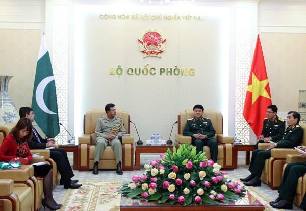 越南人民军副总参谋长武文俊会见巴基斯坦驻越武官卡马尔 hinh anh 1