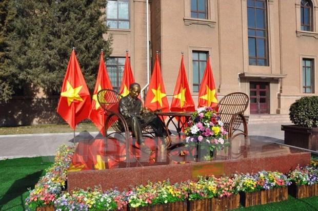 越南驻中国大使馆隆重举行胡主席铜像落成揭幕仪式 hinh anh 1