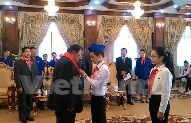 老挝人民革命党中央委员会总书记、国家主席本扬·沃拉吉会见越南模范少年儿童代表团 hinh anh 1