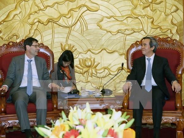 越共中央经济部部长阮文平会见国际货币资金组织专家 hinh anh 1