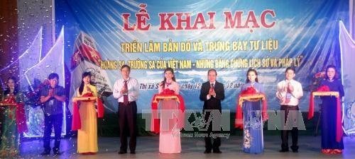 """""""黄沙、长沙归属越南:历史证据和法律依据""""资料图片展在富安省举行 hinh anh 1"""