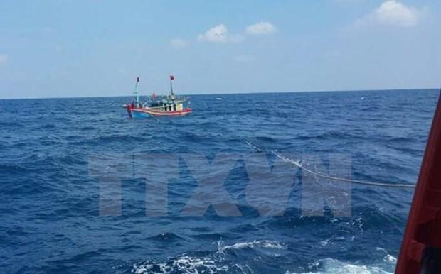 成功将承载15名船员的NA 90144 TS渔船安全拖到岸边 hinh anh 1