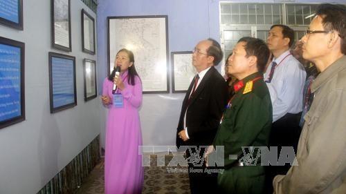 """""""黄沙、长沙归属越南:历史证据和法律依据""""资料图片展在富安省举行 hinh anh 2"""