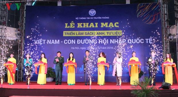 """""""越南—融入国际之路"""" 图片资料展在河内举行 hinh anh 1"""
