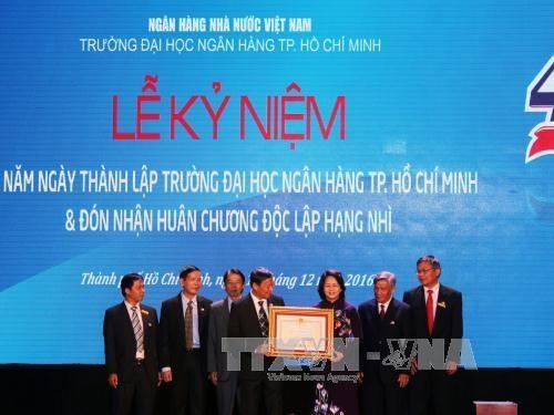 国家副主席邓氏玉盛出席胡志明市银行大学建校40周年纪念典礼 hinh anh 1