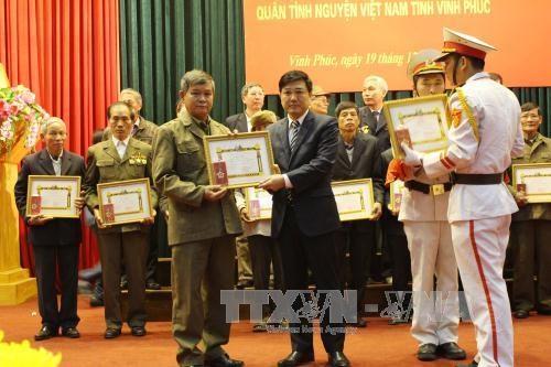 越南援老志愿军和专家荣获老挝国家的勋章 hinh anh 1