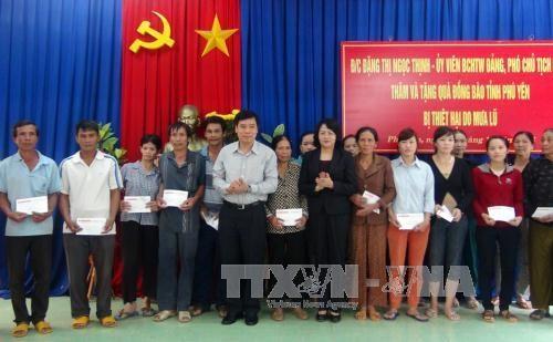 越南国家副主席走访慰问富安省洪水灾区灾民 hinh anh 2