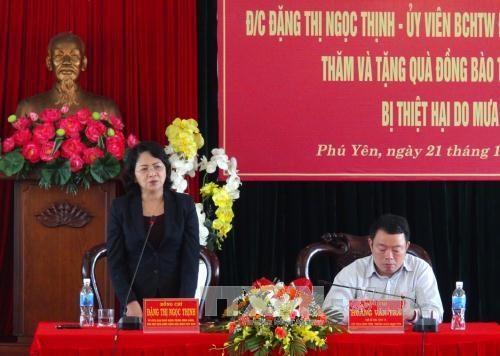 越南国家副主席走访慰问富安省洪水灾区灾民 hinh anh 1