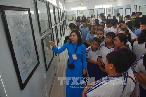 """""""黄沙和长沙归属越南——历史证据和法律依据""""地图资料展在隆安省举行 hinh anh 1"""