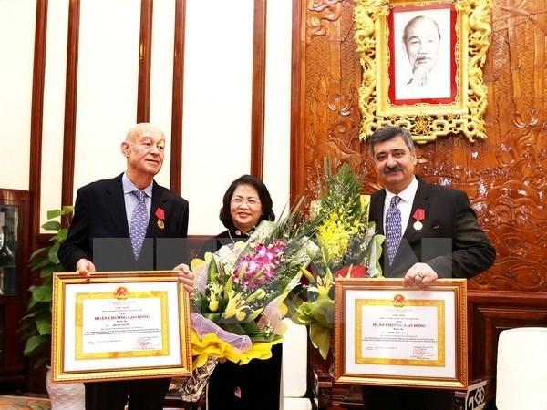 国家副主席邓氏玉盛向国际SOS儿童村主席授予劳动勋章 hinh anh 1