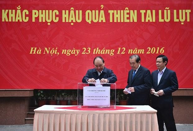 越南政府领导为中部灾区人民捐款 hinh anh 1