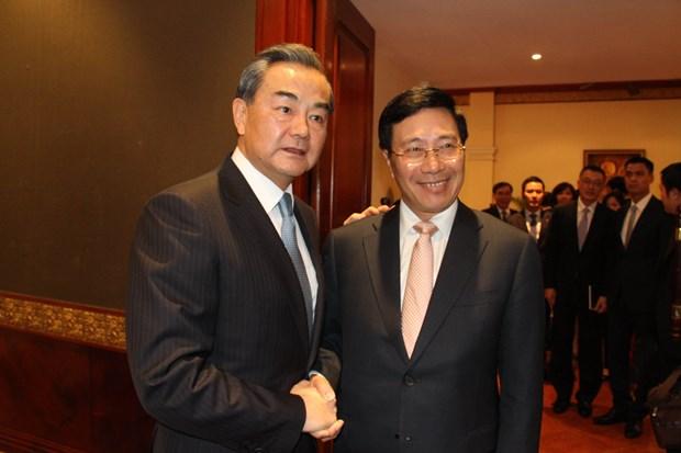 越南政府副总理兼外长范平明会见中国外长王毅和老挝外长沙伦塞 hinh anh 1
