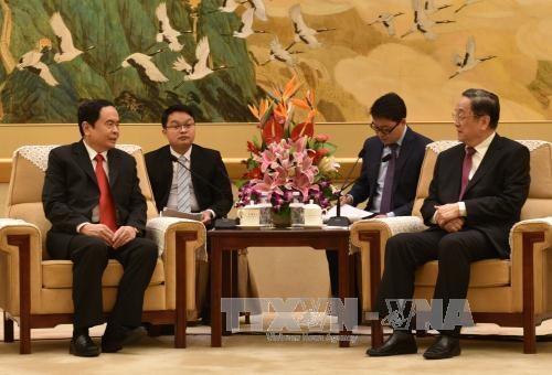 越南祖国阵线中央委员会副主席兼秘书长陈青敏会见中国全国政协主席俞正声 hinh anh 1