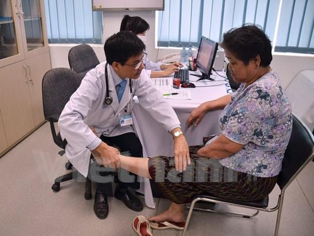 越南医生向柬埔寨病人免费看病和送药 hinh anh 1