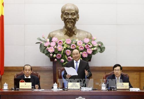 阮春福总理主持召开政府与全国各地政府视频会议 指出10个最突出成果和9个存在不足之处 hinh anh 1