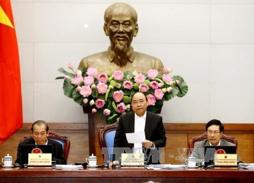 越南政府总理阮春福主持召开政府12月例行会议 hinh anh 1