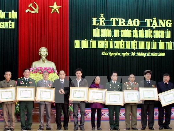 越南太原省99名援老志愿军干部和专家荣获老挝国家勋章 hinh anh 1