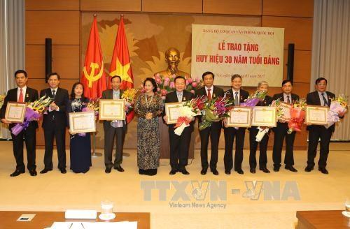 越南国会办公厅党部荣获30周年党龄党徽和纪念章 hinh anh 1