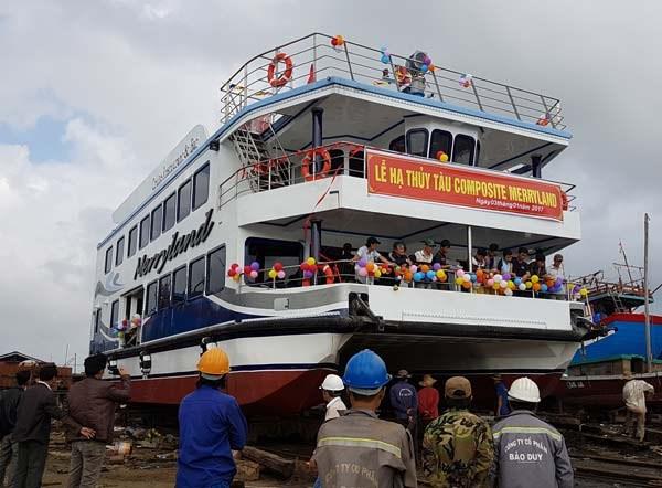 岘港市首艘复合材料双体游船成功下水 hinh anh 1