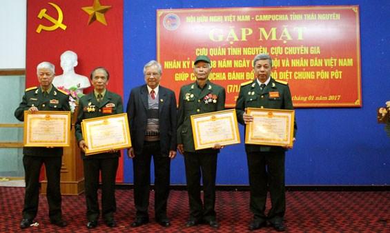 越南军队和人民协助柬埔寨摆脱种族灭绝制度38周年见面会在太原省举行 hinh anh 1