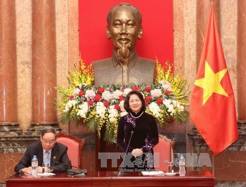 国家副主席邓氏玉盛会见越南橙剂受害者协会代表 hinh anh 1