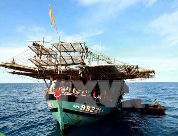 富安省渔民成功营救海上遇险的两名菲律宾渔民 hinh anh 1