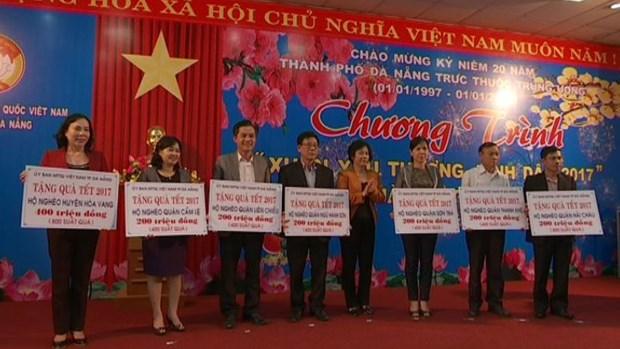 越南各地向贫困家庭、优抚家庭赠送春节礼物 hinh anh 1