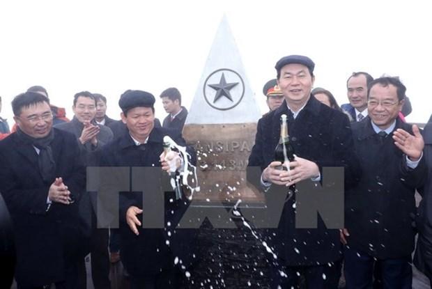 陈大光主席登上番西邦峰出席升旗仪式 hinh anh 1