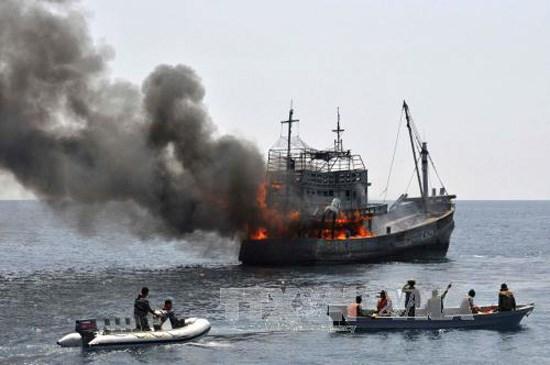 印度尼西亚坚持炸沉非法捕鱼的外国渔船的政策 hinh anh 1