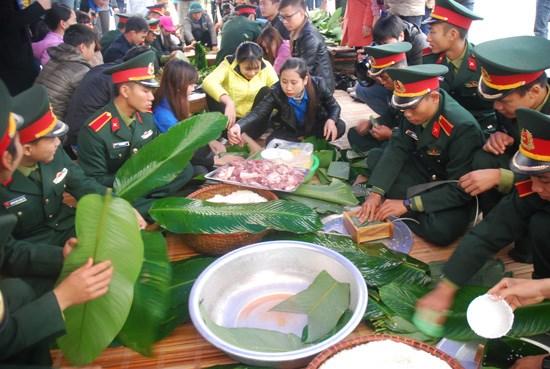 数百人参加包粽子送温暖志愿活动 hinh anh 1