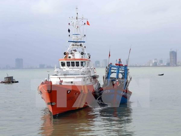 越南移交海上遇险的两名菲律宾渔民 hinh anh 1
