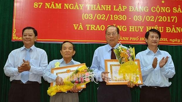 胡志明市市委向2760名党员授予党龄纪念章 hinh anh 1