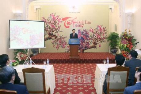越南政府副总理兼外交部长范平明会见新闻媒体机构代表 hinh anh 1