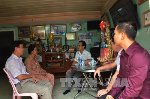 越南驻柬埔寨大使馆看望慰问越裔柬埔寨优抚家庭 hinh anh 1