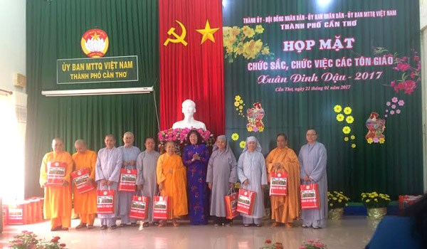越南芹苴市举行宗教界人士2017年春节见面会 hinh anh 1