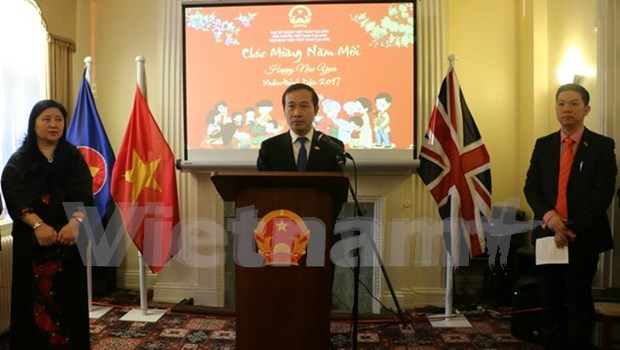 越南驻英国与巴西大使馆举行2017春节见面会 hinh anh 1