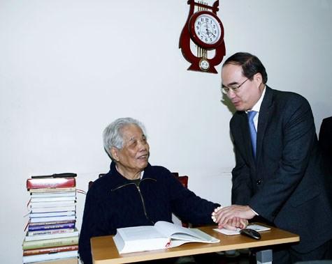 越南祖国阵线中央委员会主席阮善仁向党和国家前领导人拜年 hinh anh 1