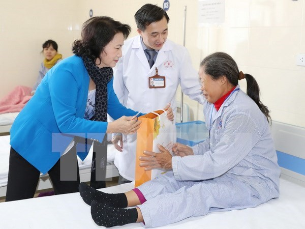 阮氏金银主席春节前看望慰问癌症病人并送去新春祝福 hinh anh 1