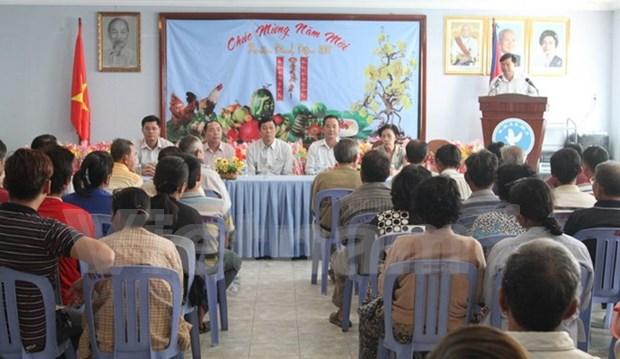 Viettel旗下美方移动通信公司向旅居柬埔寨越侨贫困家庭赠送慰问品 hinh anh 1