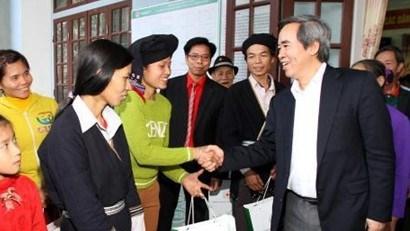 越南各单位、地方向贫困者和优抚家庭赠送春节礼物 hinh anh 1