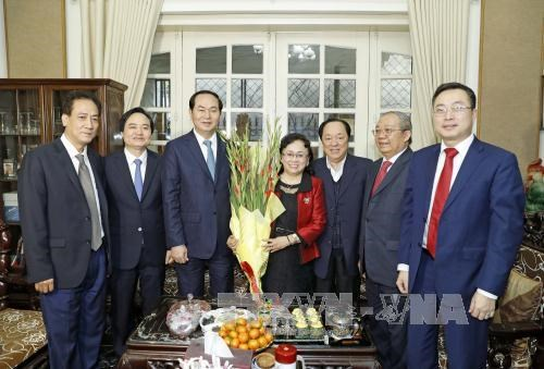 陈大光主席春节前看望慰问公安部各力量和河内市优秀知识分子代表 hinh anh 2
