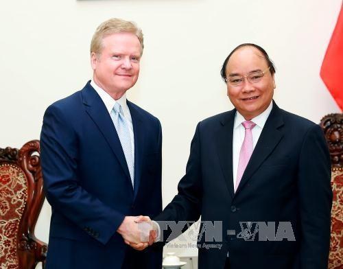 越南政府总理阮春福会见美国前参议员詹姆斯·韦伯 hinh anh 1