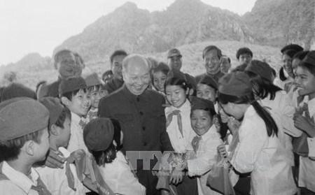 已故总书记长征——越南革命的优秀理论家、杰出领导者和伟大人格化身 hinh anh 1