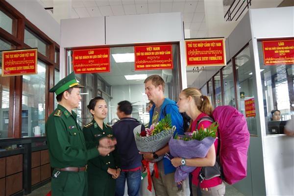 广治省劳保国际口岸迎来首两位持电子签证的外国游客 hinh anh 1
