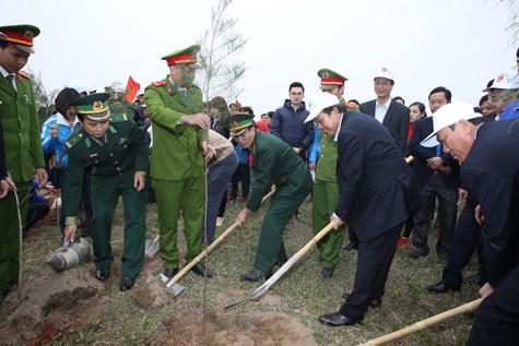 """越南政府副总理张和平出席 """"永远铭记胡伯伯功劳""""的植树节启动仪式 hinh anh 1"""